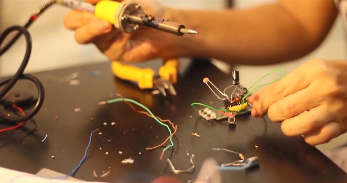 Imagem: criação de um organismo cibernético que emite sons como um pequeno inseto e se alimenta de energia solar (Oficina BEAM—Organismos Solares).