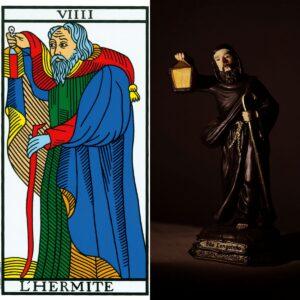 À esquerda, o Arcano Nove, O Eremita. À Direita, imagem de São Longuinho.